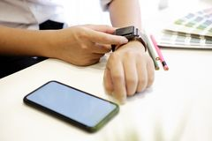Mannen som använder den smarta klockan och, ilar telefonen Royaltyfria Foton