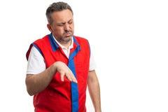 Mannen som arbetar på stormarknaden med lättat uttryck efter handled, smärtar arkivfoton