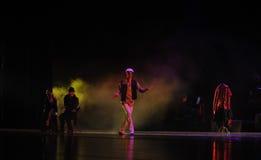 Mannen som bär en nådd en höjdpunkt lock-identitet av dentango dansdramat Royaltyfri Bild