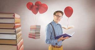 Mannen som bär exponeringsglas med att sväva, bokar på overkliga ballonger royaltyfri foto