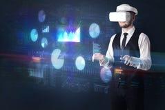 Mannen som bär VR, rullar med ögonen med diagram och rapporter Arkivbilder
