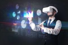 Mannen som bär VR, rullar med ögonen med diagram och rapporter Royaltyfria Foton