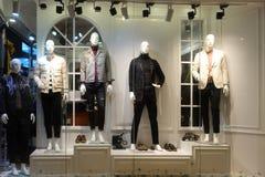 Mannen som beklär boutique, shoppar fönsterskyltdockor fotografering för bildbyråer