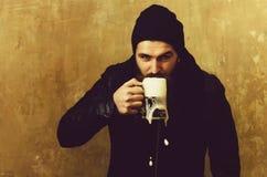 Mannen som dricker öl från exponeringsglas, rånar arkivfoton