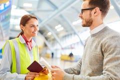 Mannen som en handelsresande på flygplatsen kontrollerar i räknare arkivfoto