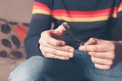 Mannen som fäster ihop hans finger, spikar Arkivbild