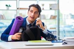 Mannen som får klar för sportar, bryter i kontoret arkivfoto