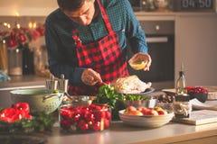 Mannen som förbereder läcker och sund mat i det hem- köket för juljul, duckar eller gåsen arkivfoton