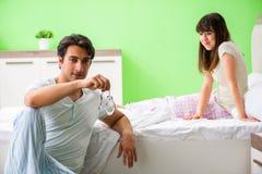 Mannen som föreslår frun för att spela sexuella lekar med manschetter arkivfoton