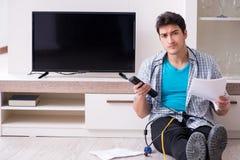 Mannen som försöker att fixa bruten tv arkivbilder