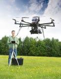 Mannen som flyger UAV-helikoptern parkerar in royaltyfria foton
