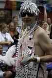 Mannen som går i den 35th årliga Provincetown karnevalet, ståtar i Provincetown, Massachusetts. Arkivbilder