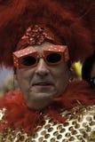Mannen som går i den 35th årliga Provincetown karnevalet, ståtar i Provincetown, Massachusetts. Arkivfoton