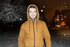 Mannen som går i vintern, parkerar vid natt Royaltyfri Fotografi