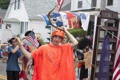 Mannen som går i Wellfleeten 4th Juli, ståtar i Wellfleet, Massachusetts Royaltyfria Bilder
