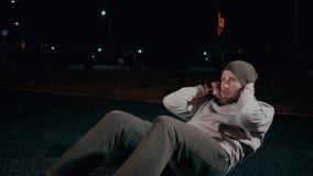 Mannen som gör abs, ställer in utomhus- arkivfilmer