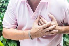 Mannen som har bröstkorgen, smärtar royaltyfri foto