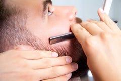 Mannen som har en rakning på barberaren, shoppar Royaltyfria Foton