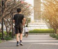 Mannen som joggar på, parkerar arkivfoton