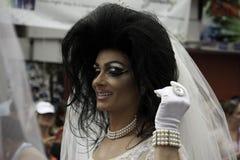 Mannen som kläs som bruden som går i den 35th årliga Provincetown karnevalet, ståtar i Provincetown, Massachusetts. Royaltyfri Bild
