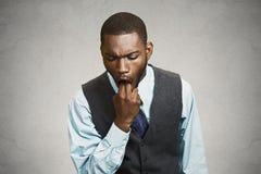 Mannen som klibbar fingret i hans mun, känner sig sjuk, äcklat med sitter royaltyfri foto