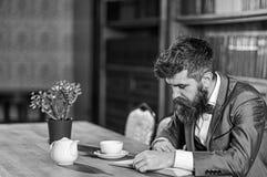 Mannen som läser en bok i en coffee shop, man, könsbestämmer arkivbilder