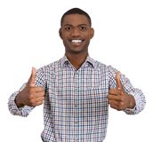 Mannen som ler ge två tummar, up tecknet Royaltyfria Foton