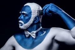 Mannen som målas i blått, färgar snöig hår för rakningar Royaltyfria Foton