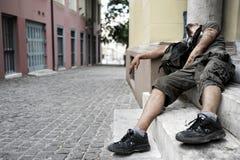 Mannen som missbrukas till droger, ligger på en doorste royaltyfri fotografi