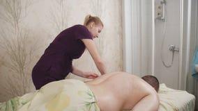 Mannen som mottar full kroppmassage p? att koppla av f?r brunnsort, vilar wellnesssemesterortwellbeing som sk?mmer bort tycka om  arkivfilmer