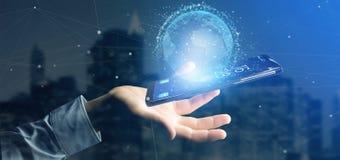 Mannen som rymmer data för tolkning 3d, jordar en kontakt jordklotet på en smartphone Royaltyfria Bilder