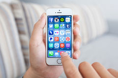 Mannen som rymmer en vit iPhone 5s med socialt massmedia, knyter kontakt program Arkivfoto