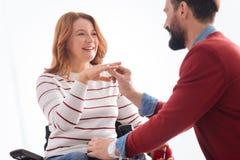 Mannen som sätter en cirkel på hans lyckliga brudar, fingrar Fotografering för Bildbyråer