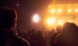 Mannen som ser etappen under en cirkelgrop, mosh arkivfoto