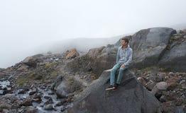 Mannen som ser till de majestätiska bergstenarna Royaltyfria Foton