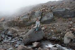 Mannen som ser till de majestätiska bergstenarna Royaltyfri Foto