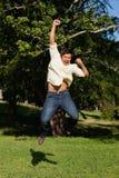 Mannen som skrattar som hoppar han, med hans armar Royaltyfria Foton