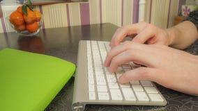 Mannen som skriver snabbt på tangentbordet arkivbilder