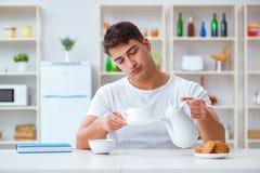 Mannen som sovande faller under hans frukost efter övertids- arbete Royaltyfri Fotografi