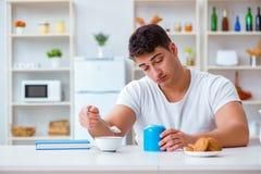 Mannen som sovande faller under hans frukost efter övertids- arbete Royaltyfri Foto