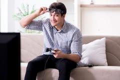 Mannen som spelar 3d, spelar hemma Arkivbild