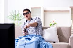 Mannen som spelar 3d, spelar hemma Arkivfoto