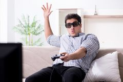 Mannen som spelar 3d, spelar hemma Royaltyfria Bilder