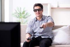 Mannen som spelar 3d, spelar hemma Arkivbilder