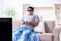 Mannen som spelar 3d, spelar hemma Royaltyfri Fotografi