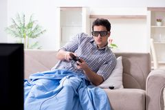 Mannen som spelar 3d, spelar hemma Fotografering för Bildbyråer