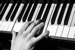 Mannen som spelar pianot arkivbild