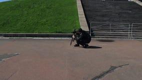 mannen som squatting med en tripod, gör fotolandskapet för timelapse arkivfilmer