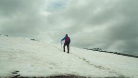 Mannen som trekking i snö, täckte berglandskap genom att använda snöskor och trekking poler Utomhus- aktivitet för vinter i royaltyfri bild