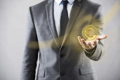 Mannen som trycker på knappar med eurovaluta Arkivfoton